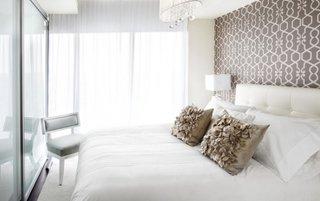 Dormitor cu dressing cu usi din sticla si tapet pe peretele din spatele patului