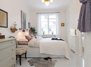 Dormitor cu sifonier pe intreg peretele si comoda asortata