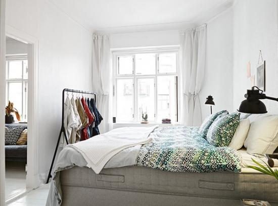 Dormitor de apartament amenajat in stil suedez