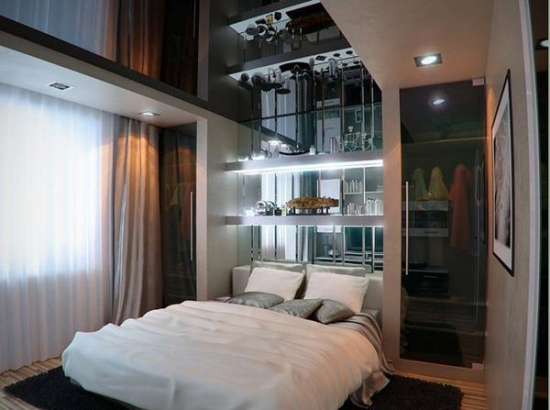 Dormitor de apartament mic decorat cu joc de oglinzi