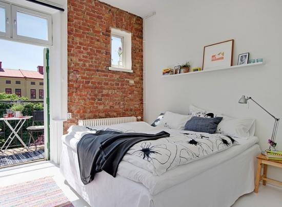 Dormitor mic ab si un perete placat cu caramida