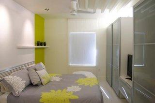 Dormitor mic alb cu dressing cu usi din sticla gri si accesorii de pat gri cu galben