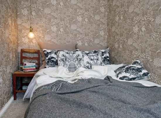 Dormitor mic amenajat cu tapet pe toti peretii