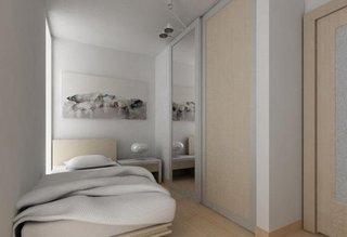 Dormitor mic amenajat in alb crem si gri deschis