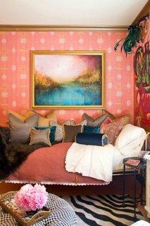 Dormitor mic amenajat in nuante de portocaliu