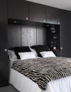 Dormitor mic cu mobila neagra