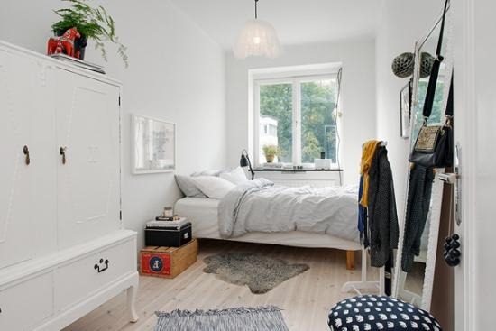 Dormitor mic cu pat amplasat langa fereastra si sifonier alb