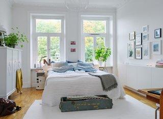 Dormitor mic cu sifonier de inaltime medie si birou