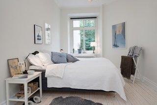Dormitor mic decorat simplu in alb