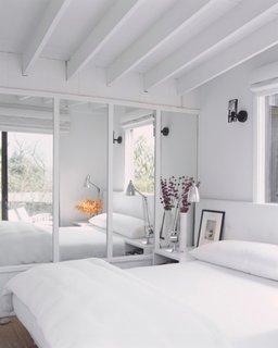 Dormitor mic luminos cu dressing cu usi cu oglinzi