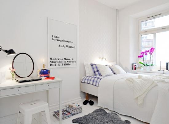 Dormitor mic si alb cu masuta de toaleta