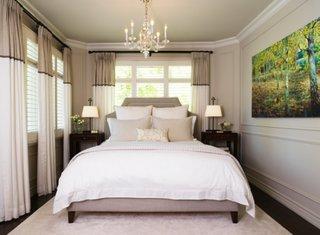 Dormitor mic si ingust cu draperii in doua culori
