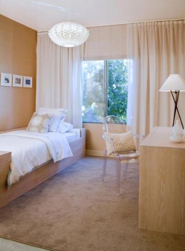 Dormitor simplu crem cu alb si scaun transparent