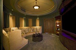 Camera cinema cu lemn si o canapea mare semicerc