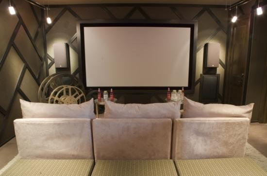 Camera de cinema cu canapea pentru trei persoane