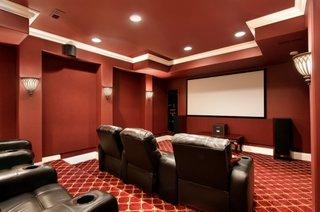 Camera home theater cu mocheta pufoasa rosie