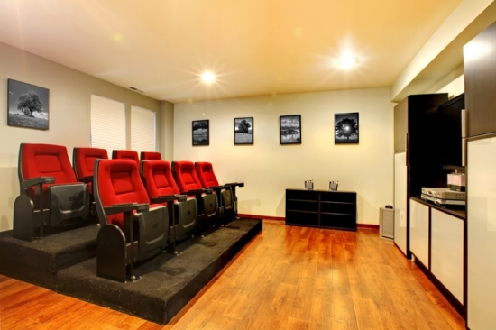 Home theater mic cu scaune cu platforma inaltata