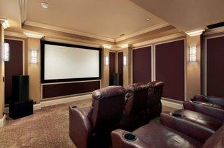 Maro si bej pentru amenajarea unui home cinema cu fotolii individuale din piele