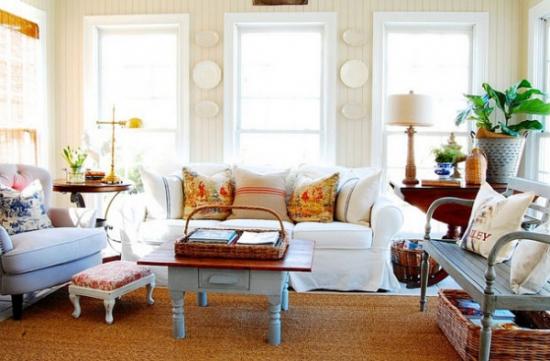 Living luminos cu canapea si fotolii albe si decoratiuni rustice