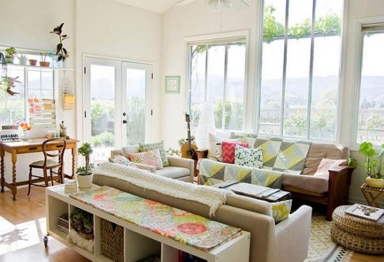 Living mare cu doua canapele pentru un decor rustic