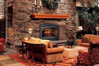 Perete de piatra cu semineu si loc depozitare pentru lemne foc