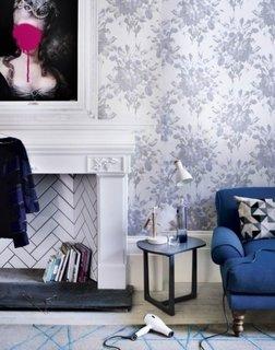 Tapet inflorat asoratat cu canapea albastra