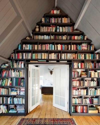 Biblioteca amenajata ingenios in locul de la mansarda