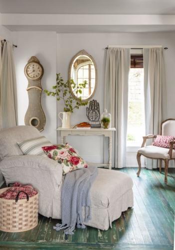 Colt de lectura romantic cu sezlong alb cu perna decorativa cu trandafiri