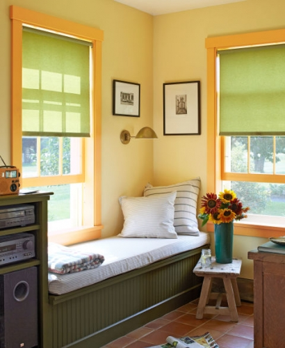 Divan construit langa fereastra pe colt in living