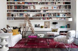 Idee pentru amenajarea unui living modern cu multe etajere cu carti