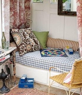Joc de imprimeuri si culori pentru un pat de perete