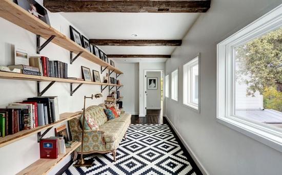 Living lung si ingust cu etajere suspendate pe toata lungimea peretelui