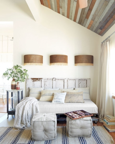 Loc de citit cu pat de zi si aplice pe perete deasupra patului