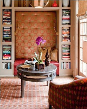 Loc pentru citit amenajat in nisa din perete