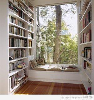 Loc perfect pentru lectura o bancuta cu perne asezata intre doua biblioteci