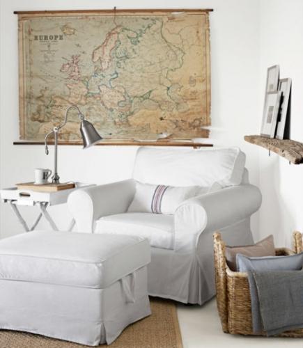 Loc simplu pentru relaxare cu fotoliu si otoman si masuta prinsa de perete cu veioza