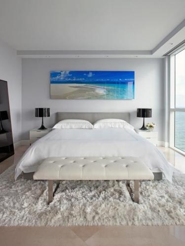 Covor mare alb pufos pentru dormitor
