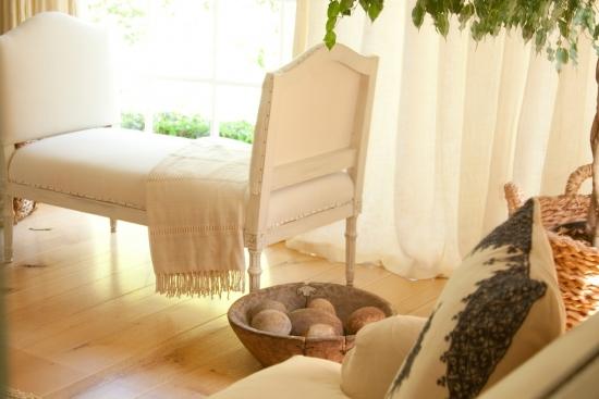 Interior alb cu note romantice