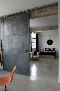 Dormitor cu usa industriala din metal