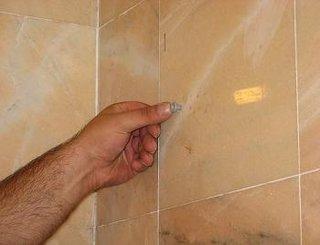 Diblu de plastic pentru fixare oglinzii cu etajera