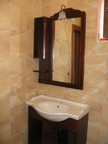Amenajare mobilier baie | Oglinda cu etajera si dulap de lemn