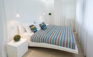 Dormitor mic amenajat complet in alb cu perne si cuvertura colorate