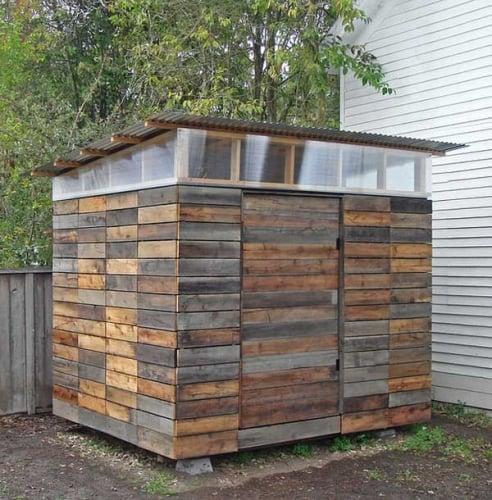 Magazie unelte construita din lemn refolosit