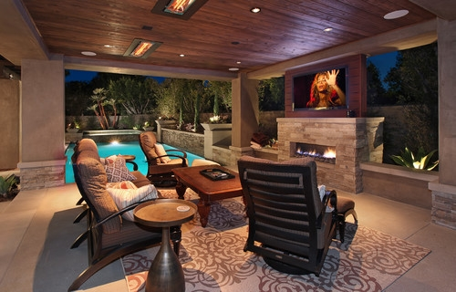 Terasa acoperita amenajata modern cu semineu exterior si televizor