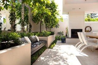 Terasa acoperita cu copaci si ronduri de flori pe margine