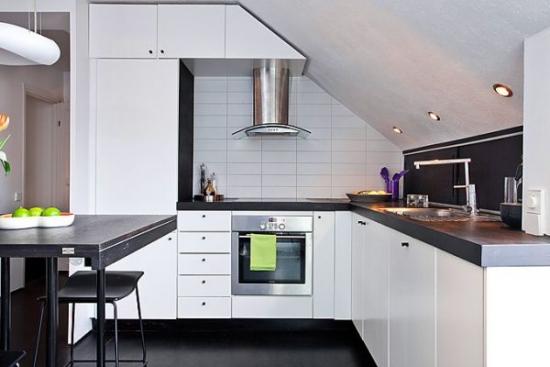 Apartament la mansarda cu mobila de bucatarie in L pe peretele inclinat