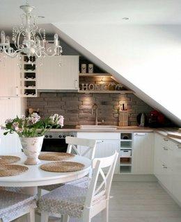 Bucatarie amenajata in stil nordic intr-un apartament la mansarda