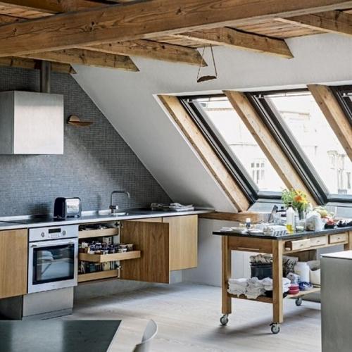 Bucatarie cu mobila din lemn pentru apartament la mansarda