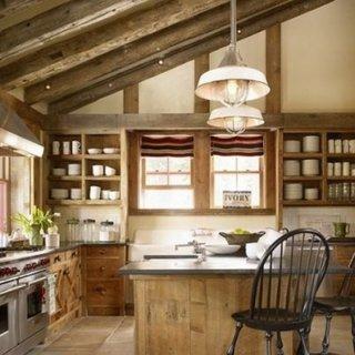 Bucatarie cu mobilier rustic din lemn si barne pe tavan