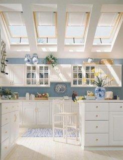 Bucatarie la mansarda cu ferestre velux mari si mobila alba